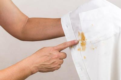 Banyak yang Salah, Cara Menghilangkan Noda di Baju Ini Sebaiknya Tidak Kamu Lakukan!
