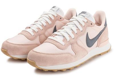 3.Sepatu Sneakers Nike