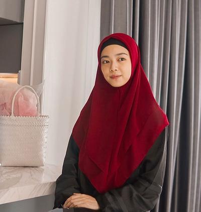 5 Penampilan Hijab Lindswell Kwok, Atlet Wushu yang Anggun dan Manis