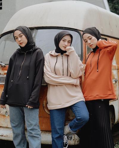 Dijamin Enggak Ngebosenin, Mix and Match Hijab Hitam Ini Patut Kamu Coba!