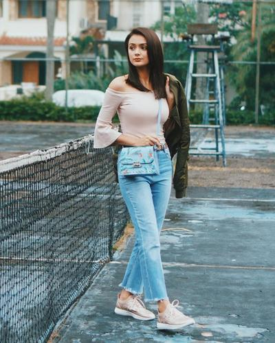 Off-Shoulders Top and Jeans