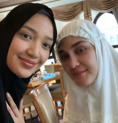 Luna Maya Memakai Hijab Putih