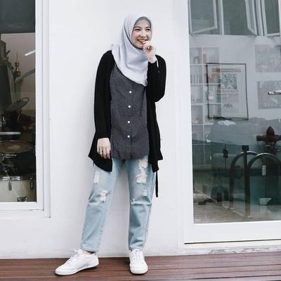 3. Tampil Simple dalam Balutan Regular Ripped Fit Jeans