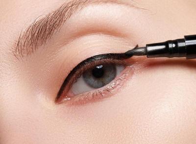 Cetar Tanpa Belepotan, Cara Memakai Eyeliner Cair dengan Mudah