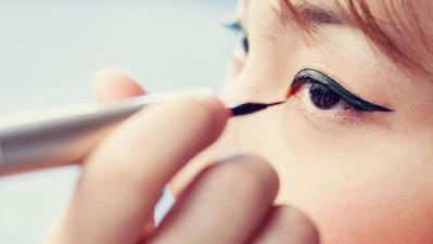 Pegang Eyeliner Pada Ujungnya