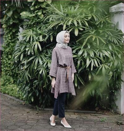 5 Artis Cantik Ini Buktikan Tunik Terbaru adalah Outfit Hijab yang Nyaman