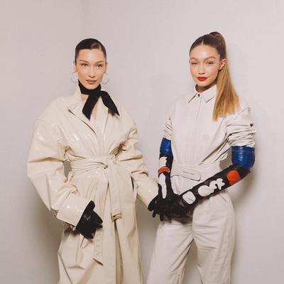 Bagai Anak Kembar, Gigi Hadid dan Bella Tampil Matching di Paris Fashion Week