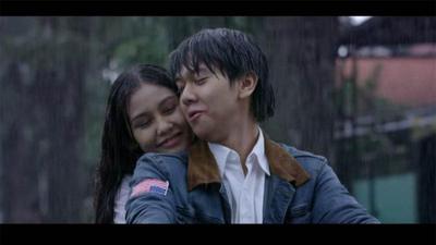1.   Dilan dan Milea Berboncengan Di Sepeda Motor Dalam Guyuran  Hujan