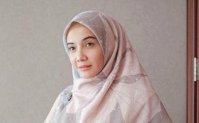 Santun dan Stylish, Begini Cara Memakai Hijab Segiempat Syari ala Zaskia Sungkar