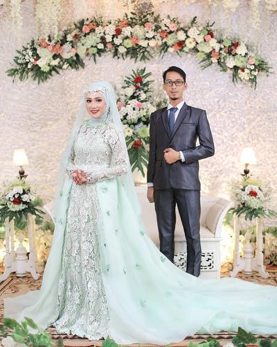 2. Inspirasi Gaun Pengantin Hijab Warna Biru