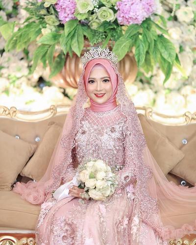 3. Inspirasi Gaun Pengantin Hijab Warna Pink