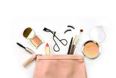 Gak Perlu Bawa Banyak, Cukup 7 Makeup di Pouch Kalian untuk Tampil Cantik Setiap Hari