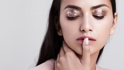 Gak Melulu Cetar, Ini Tips Memakai Eyeshadow Glitter Untuk Tampilan Makeup Minimalis