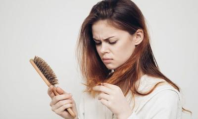 Ternyata Ini 5 Penyebab Rambut Kamu Rontok Parah, Anemia Salah Satunya!