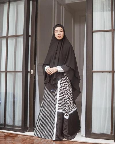 Hijab Syari dengan Setelan Gamis Batik Bernuansa Monochrome