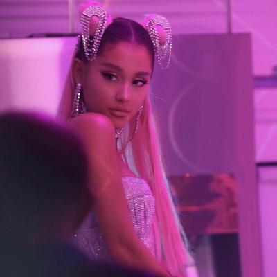 4.  Ariana Grande Mewarnai Rambutnya dengan Warna Merah Muda Menyala