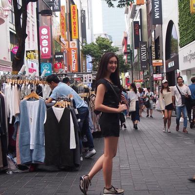 Bergaya Streetwear di Myeong Dong Street, Seoul