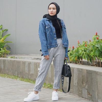 2. Jaket Jeans dan Celana Plaid Pattern