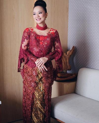 3. Kebaya Merah dengan Kain Batik Khas Jawa