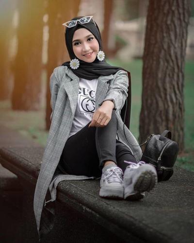 5 Inspirasi Padupadan Gaya dengan Sepatu FILA untuk Hijabers, Semi Formal - Sporty!