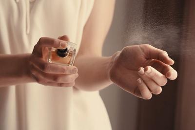 5. Mulai Menyemprotkan Parfum pada Bagian Tubuh yang Hangat