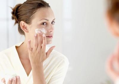 Membersihkan Wajah Sebelum Memulai Makeup