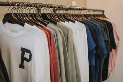 Warna Pakaian yang Harus Dihindari Saat Musim Hujan