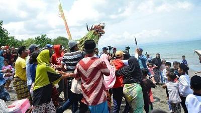 Liburan ke Lombok? Jangan Lewatkan Menyaksikan Adat Unik Ini