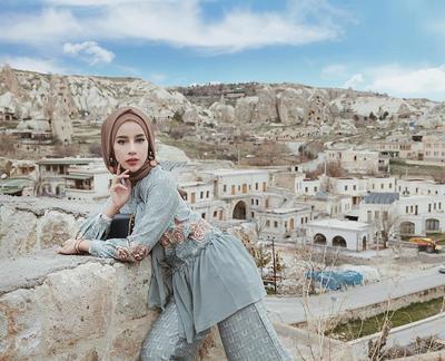5 Gaya Hijab Selebgram Cantik Aghnia Punjabi di Turki Ini Bikin Salah Fokus, Cantik Banget!