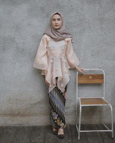 Paduan Blouse dengan Kain Batik