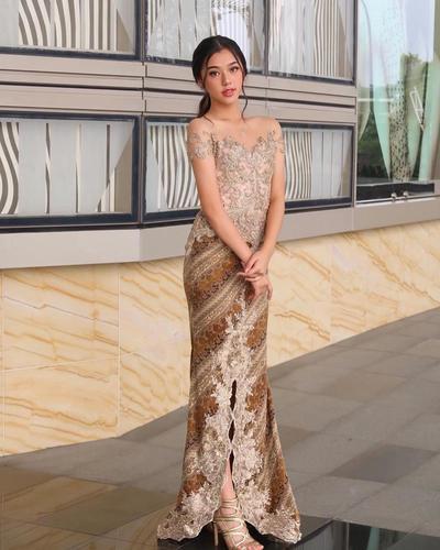 Rok Batik Duyung dengan Kebaya Modern Warna Gold
