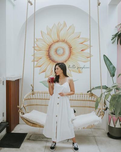 6. Anggun dengan Dress Putih