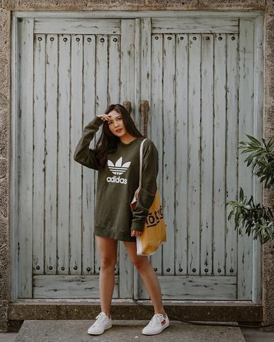 7. Fashionable dalam Balutan Hoodie Olive Green