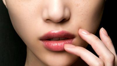 5 Rekomendasi Lipstik untuk Bibir Kering, Melembapkan dan Warnanya Cantik