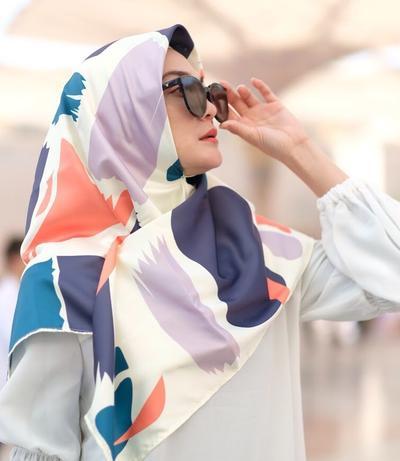 Luna Maya Produksi Hijab Pulang Umrah, Berapa Harganya?