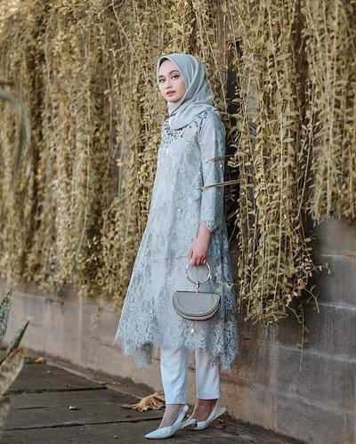 1. Inspirasi Kebaya Brokat Muslim Tunik Panjang