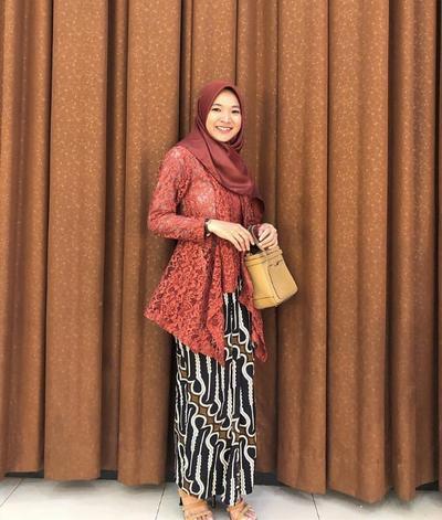 2. Inspirasi Kebaya Brokat Muslim Kutubaru