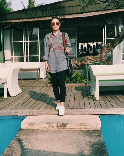 Casual dengan Kemeja Motif Ala Siti Badriah