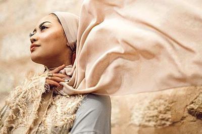 Contek Gaya Hijab Pashmina dan Segiempat Rachel Vennya Liburan di Turki