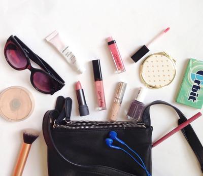 Anti Ribet, Cukup Makeup Ini yang Wajib Ada di Tasmu Ketika Traveling
