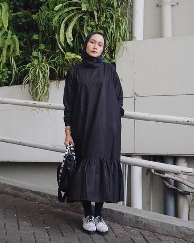 Perpaduan Midi Dress Aksen Ruffle dengan Legging Wudhu