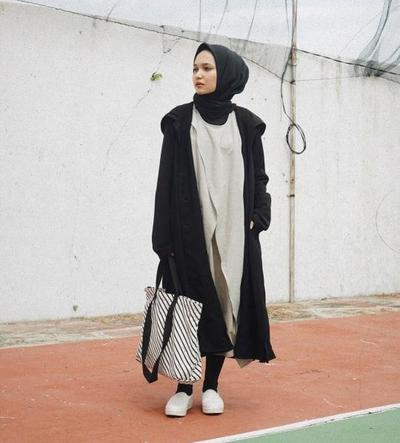 Padu Padan Dress Asimateris dan Long Coat Hitam