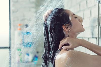 Menggunakan Shampoo Khusus untuk Berhijab