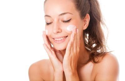 Mana yang Lebih Dulu Dipakai, Sunscreen atau Pelembap? Ini Jawabannya!