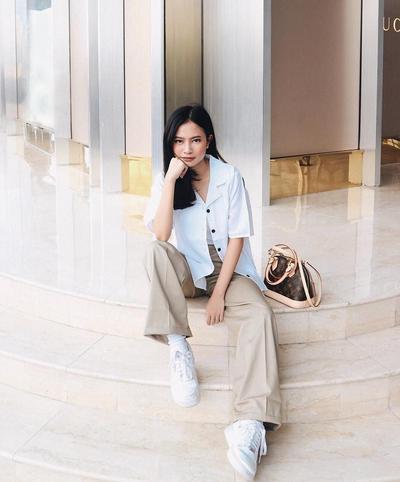 Stylish dengan Kombinasi Kemeja Pendek dan Celana Kulot Panjang