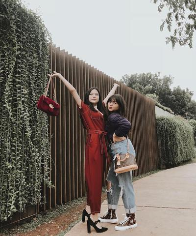 Glamour Menggunakan Jumpsuit Deep Red