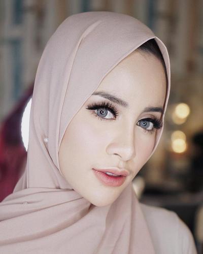 Buat Wajah Makin Segar, Coba Serasikan Warna Blush On dengan Hijab