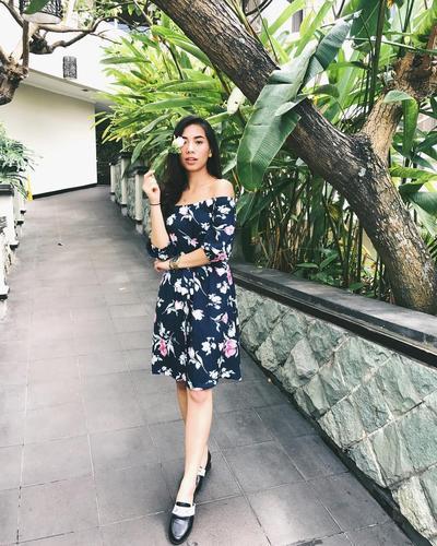 1. Dress Hitam Bermotif Floral