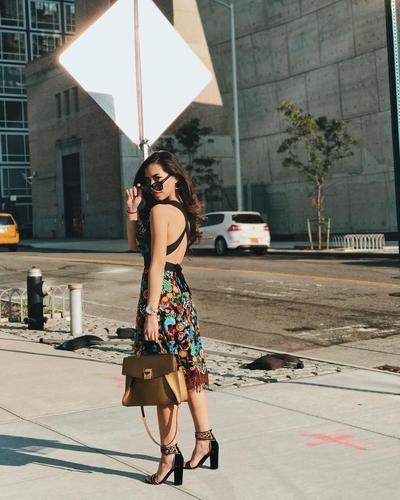4. Dress Backless yang Sangat Menawan