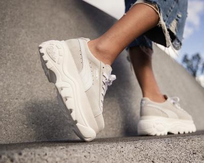 Sepatu Sneakers Wanita Stylish, Model Wedges Buat Tubuh Makin Tinggi